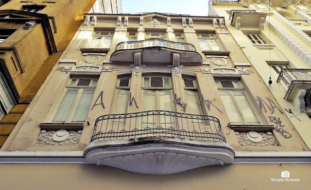 Perspectiva inferior da fachada de um Edifício antigo Tombado - Republica - São Paulo