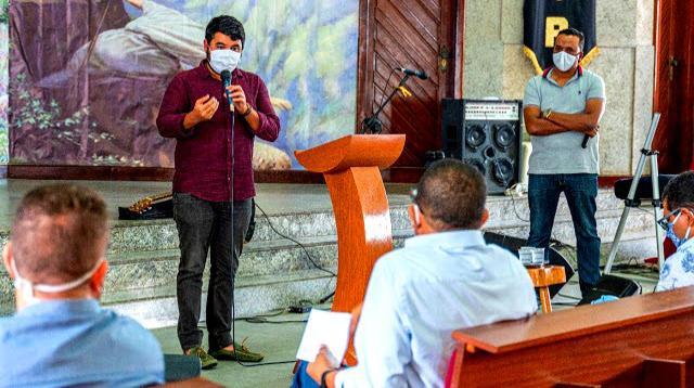 Rodrigo Hagge com membros da associação de Pastores