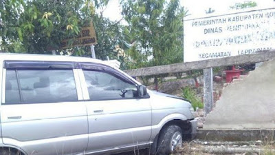 Diduga Ngantuk, Mobil Tabrak Pagar Sekolah di Bone