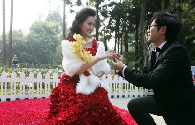 قدم لزوجته فستان   مصنوع من 9999 زهرة في عيد الحب ROSES-DRESS-05.jpg