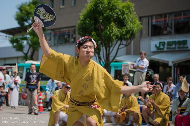 吹鼓連、高円寺駅北口広場での舞台踊り、男踊りの踊り手の写真 3