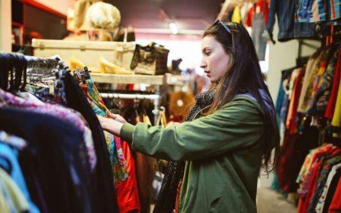 4 Cara Sebelum Membeli Pakaian yang Harus Kamu Tau