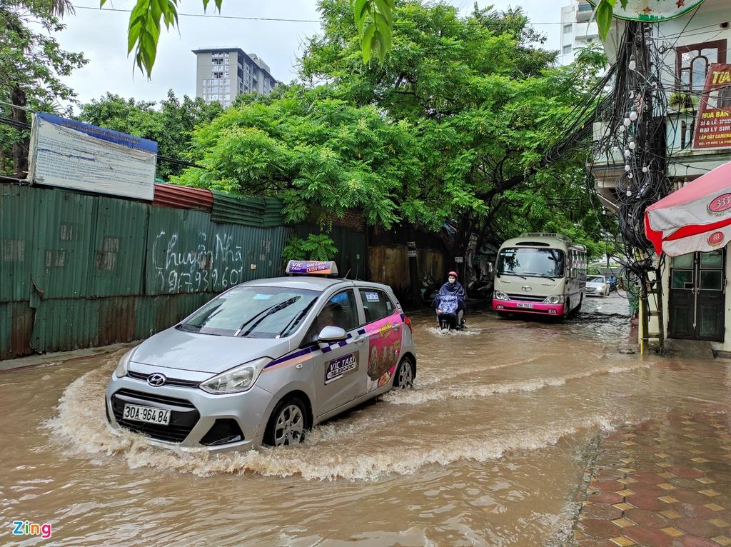 Mưa trong 60 phút, đường Hà Nội ngập sâu