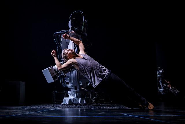 YuMi el robot industrial que baila balet, envuelve paquetes de navidad y arma cubo Rubik