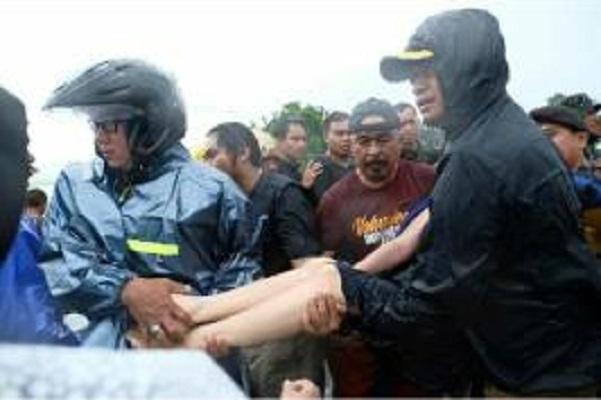 Warga Terjebak Banjir, Bupati Gowa Ikut Langsung Evakuasi Korban