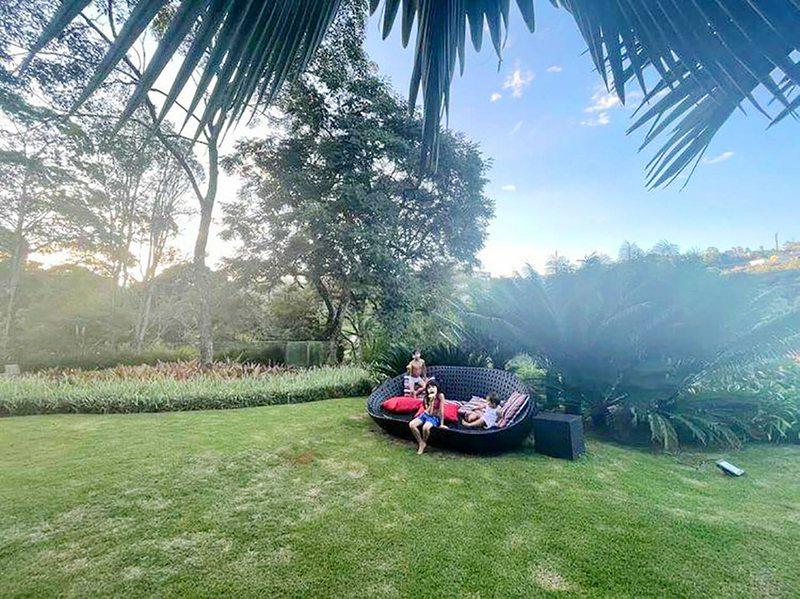 Dani Colett y Edú Vargas disfrutaron la visita de una familia de monos titíes en casa