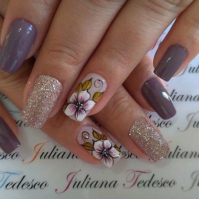 decoração de unhas com flores e glitter