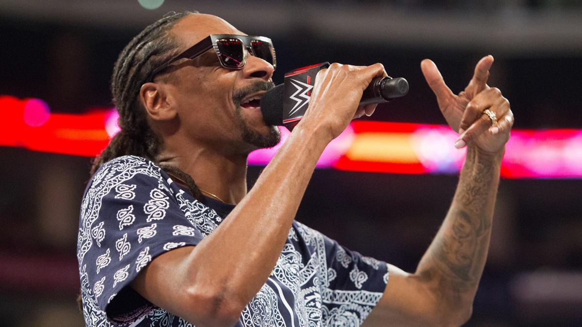 """WWE está """"muito chateada"""" com a aparição de Snoop Dogg na AEW"""