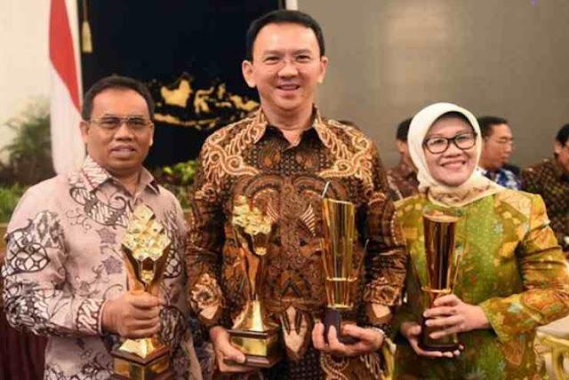 Basuki Tjahaja Purnama (Ahok) Saat Menerima Penghargaan untuk DKI Jakarta