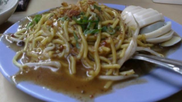 Mie lendir terbuat dari mie kuning beserta toge, yang disiram dengan kuah kacang dicampur ubi dan rempah.