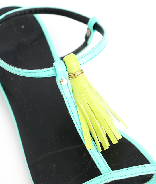 Learn how to DIY your own tassel sandals just in time for those warm summer months. Quick craft - Summer craft - Summer accessories - How to - tassels