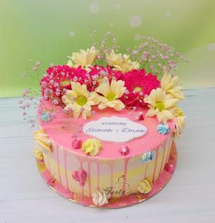 drip cake z żywymi kwiatami