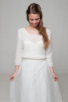 Novia mirando la falda de su vestido
