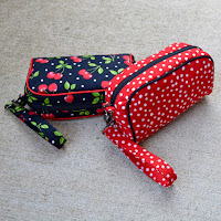 http://roonieranching.blogspot.com/2016/03/piped-zipper-pouch-sewing-tutorial.html