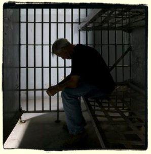 سيدة ترسل زوجها الشرطي وأب أبنائها إلى السجن لهذا السبب
