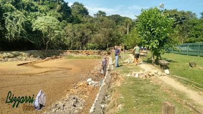 Bizzarri, da Bizzarri Pedras, visitando uma obra e orientando onde estamos fazendo um muro de pedra em Cotia-SP, sendo muro de pedra em volta do lago e fazendo o desassoreamento toda a volta do lago. 17 de abril de 2017.