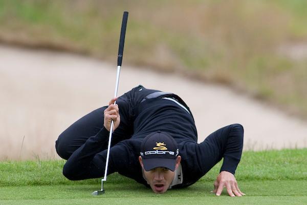 Golfer measures Putt