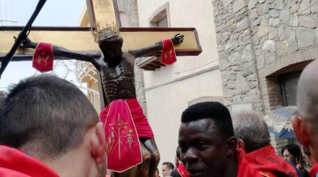 """Migranti africani portatori del Cristo nero di Siculiana, il sindaco: """"Azione concreta d'integrazione"""""""