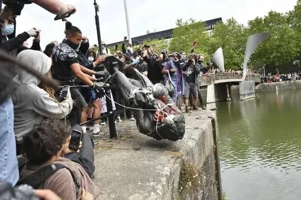 У Великій Британії протестувальники скинули з п'єдесталу і затопили бронзову статую благодійника і работорговця
