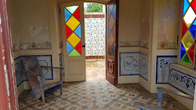 stanza con porta colorata