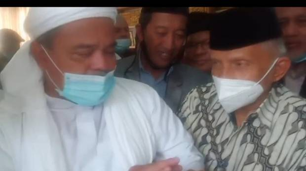 Peluk Amien Rais, Habib Rizieq: Perjuangan Masih Panjang, Jalan Terus...