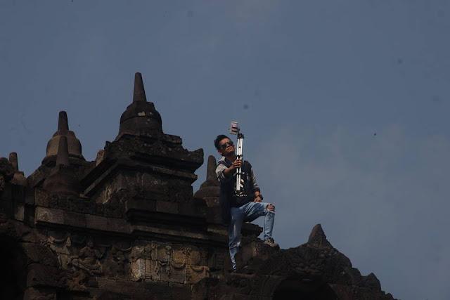 Miris! Hanya demi Berfoto Selfie, Seorang Pemuda Nekat Menaiki Stupa Candi Borobudur