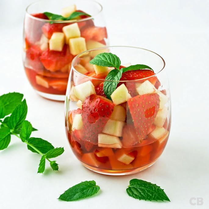 Dronken aardbeisalade met appel