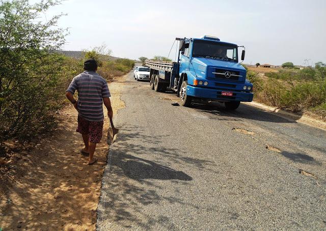 Resultado de imagem para buracos na estrada que liga campestre