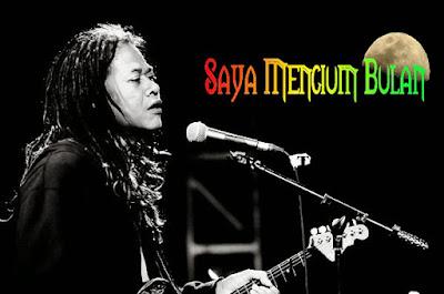 "Biografi Tony Q  Rastafara Tony Waluyo Sukmoasih (populer dengan nama Tony Q atau Tony Q Rastafara; lahir di Semarang, Jawa Tengah, 27 April 1961; umur 48 tahun) adalah seorang penyanyi Indonesia beraliran reggae yang telah aktif di ragam tersebut sejak tahun 1989. Dia bersama grup musiknya Rastafara mempopulerkan istilah ""rambut gimbal"" (gaya rambut dreadlock) di Indonesia lewat lagu dengan judul yang sama pada tahun 1996. Tony Q telah menjadi ikon musik reggae Indonesia. Dia dianggap sebagai pelopor reggae di Indonesia, karena dia tak hanya berkecimpung di ragam tersebut sejak lama, namun juga mengembangkan karakter musik reggaenya sendiri, dimana dia memasukkan banyak unsur tradisional Indonesia ke musiknya, dan mengangkat tema-tema khas Indonesia dalam musiknya Tony Q adalah seorang lulusan STM Perkapalan di Semarang. Sebelum terjun ke dunia musik, pada tahun 1980 Tony Q pernah bekerja selama enam bulan di bagian quality control (pengendalian mutu) di sebuah pabrik pengalengan milik perusahaan Singapura di Cakung, Jakarta Timur. Namun kemudian dia meninggalkan pekerjaan tersebut dan memilih untuk menjadi pengamen di jalanan dan seorang musisi, menghadapi tentangan keras keluarganya. Dia sempat menjadi pengamen selama lima sampai enam tahun di daerah Blok M, Jakarta. Menurut wawancara"