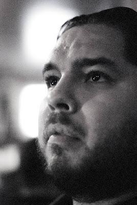 retrato en blanco y negro de un hombre, foto con mucho ruido