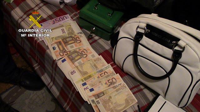 Parte del material y dinero incautados por la Guardia Civil