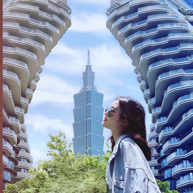 """Mới đây nhất, một thiên đường sống ảo đã trở nên hot xình xịch tại nơi đây. Đó chính là hai chung cư triệu đô với cấu trúc uốn lượn cùng toà nhà Taipei 101 nổi tiếng tô điểm phía sau. Nhìn từ xa, nơi đây trông """"ảo"""" không khác gì những thước phim viễn tưởng mà chúng ta vẫn thường thấy trên màn ảnh rộng."""