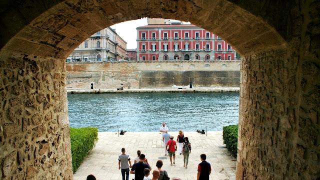 mare, archi, castello, turisti, guida turistica