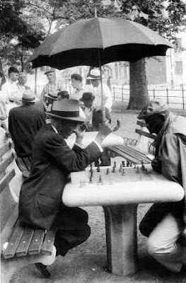 Joueurs d'échecs à Washington Square, New York - Photo  © Molly Malone Cook, années 50