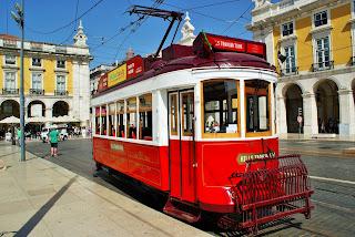 Portugalia, Lizbona, Baixa, zabytkowy tramwaj na placu Praca do Comercio
