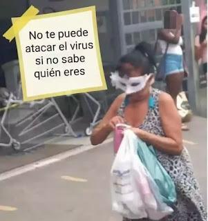Mujer con antifaz y las bolsas de la compra