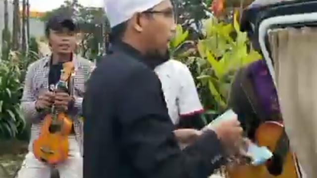 Video Ustadz Maaher Bagi-bagi Uang di Pinggir Jalan, Minta Didoakan Husnul Khotimah