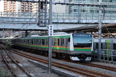 品川方面へ向かうため大崎駅を通過する臨時列車のE233系