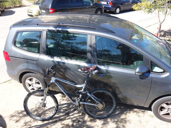 como llevar la bici en coche con barras longitudinales sin portabicis
