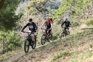 Loris Capirossi davanti a Livio Suppo e Stefano Migliorini durante un'uscita con le e-bike Thok MIG-R