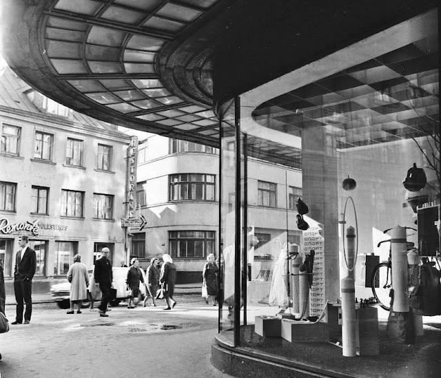 1959 год. Рига. Угол улиц Вальню и Аудею. Возле витрины Рижского Центрального универмага