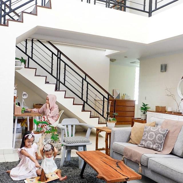 Ruang Keluarga Minimalis Bawah Tangga