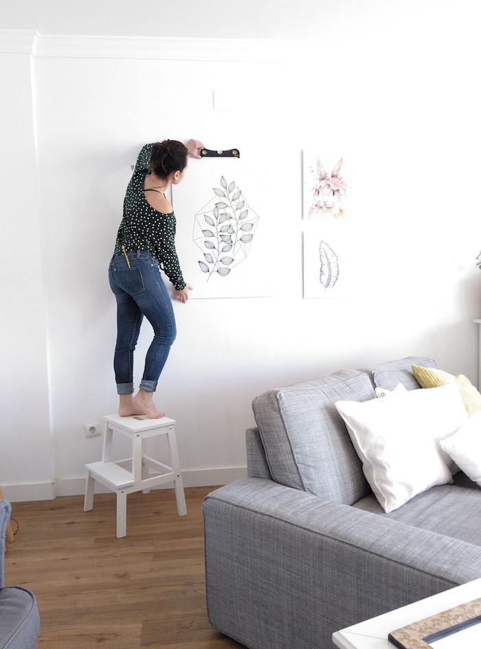 instalación de láminas de estilo escandinavo sobre el sofá