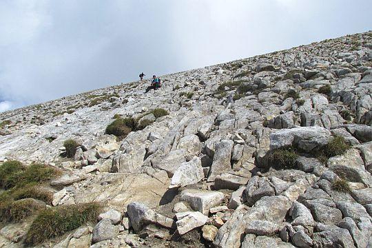 Zmęczenie stromością zbocza niwelujemy krótkimi odpoczynkami, czasem przysiadamy na skale.
