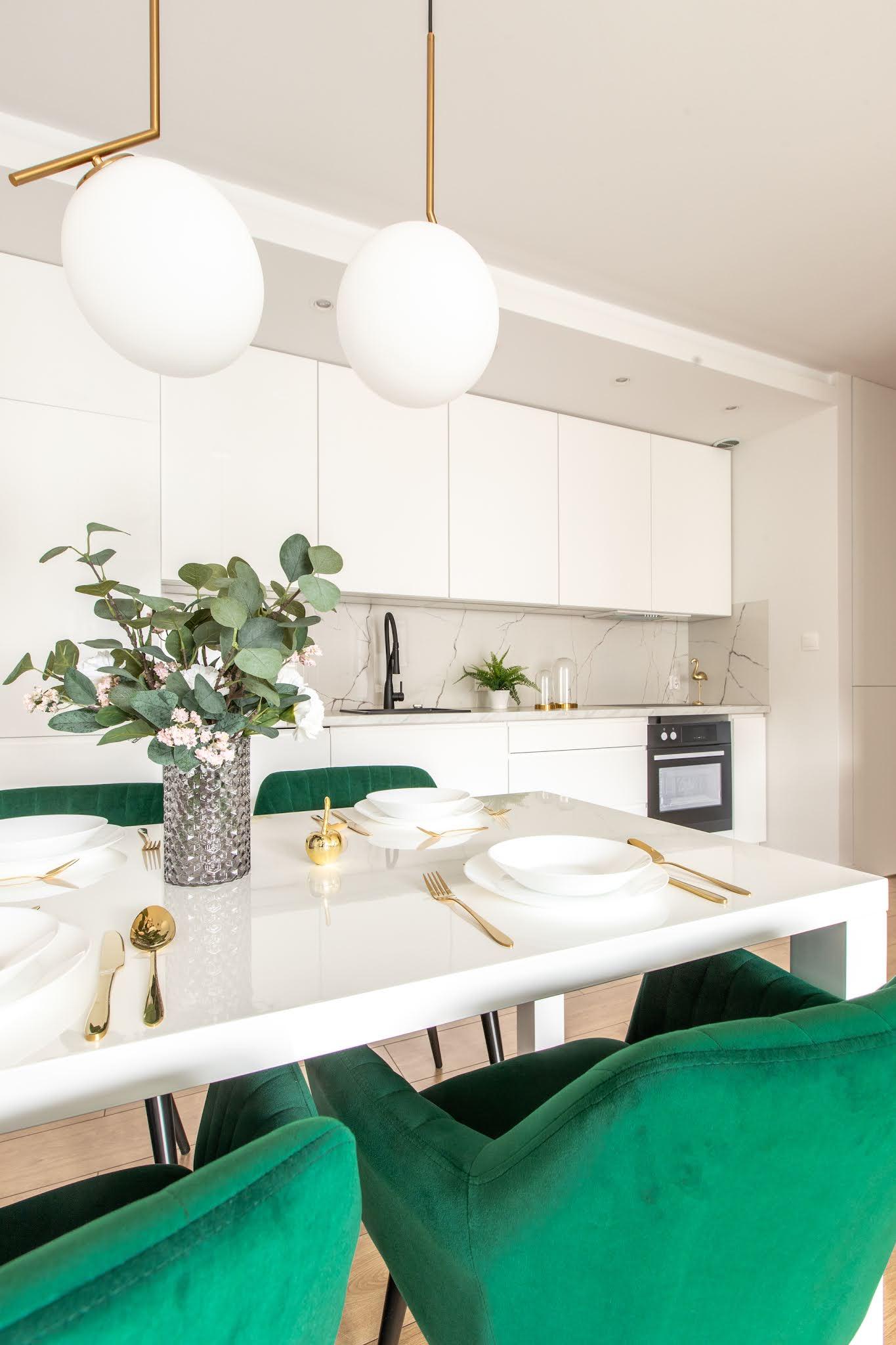 jak odmienić mieszkanie na wiosnę – welurowe krzesła