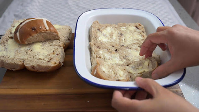 Arrange buns in a greaseproof baking tray