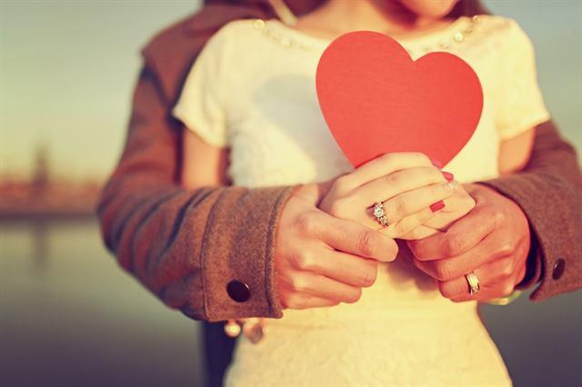 لغة الجسد للمرأة عند الوقوع فى الحب - علامات الحب عند المرأة