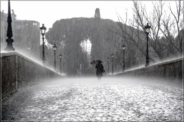 ảnh đi dưới mưa buồn