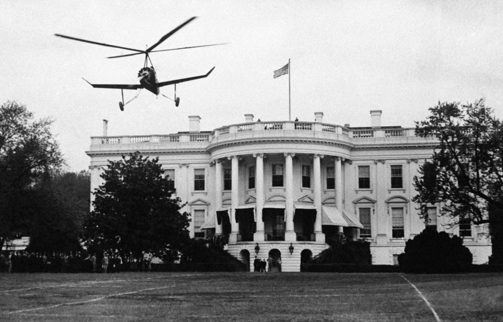 An autogyro in front of the White House. 1931.