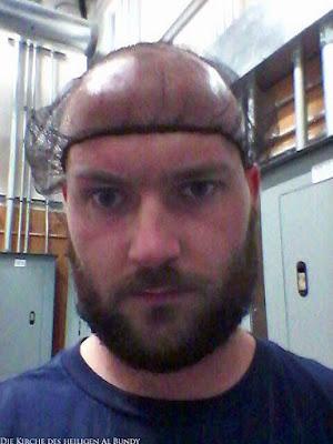 Mann mit Glatze und Bart trägt Haarnetz lustige Arbeitsbilder
